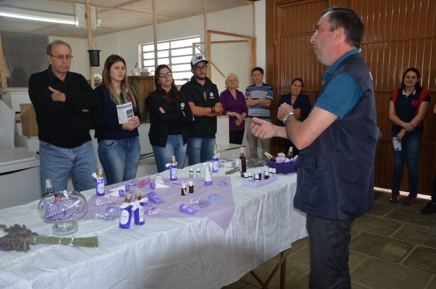 Produtores gaúchos conhecem produção de lavanda de Morro Reuter