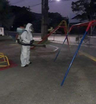 Praça municipal recebe sanitização
