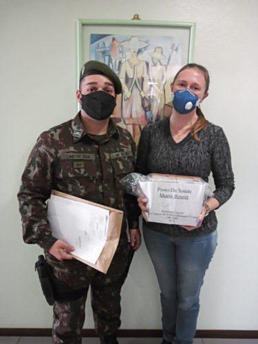 Secretária Margarete recebeu ampolas entregues pelo Exército