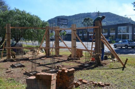 Pergolado é reconstruído junto ao Obelisco